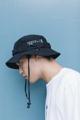 หมวก MILITARY BUCKET หมวก BUCKET ดีไซน์ทรงทหาร หมวกเดินป่า ด้านข้างเป็นงานปัก สายหูรูดมีตัวล๊อค ด้านในบุซับ Cutting อย่างดี ------- HAT FABRIC:  100% COTTON COLOR: BLACK ------- SIZE CHART: AVAILABLE  FREE SIZE 59CM