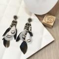 Black & white 🌑🐇 จะสีไหนๆ เราก็จะปังไปพร้อมกัน #ปลุกความปังขึ้นมาอีกครั้ง #ตุ้มหู #ต่างหู #เครื่องประดับ #earrings #accessories #feathers #fantastic #black #white #klungsee #samadunshop #klungseeaccessories
