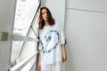 เสื้อสวมหัว ผ้าลินินสีขาว บางเบา สบาย พร้อมลายมัดย้อมโทนสีเทาเข็ม ที่มีเอกลักษณ์แต่ละตัวไม่เหมือนกัน  รอบอก 48 นิ้ว ยาว 30 นิ้ว  #เสื้อผ้ามัดย้อม #ผ้ามัดย้อม #เสื้อสีขาว #สีขาว
