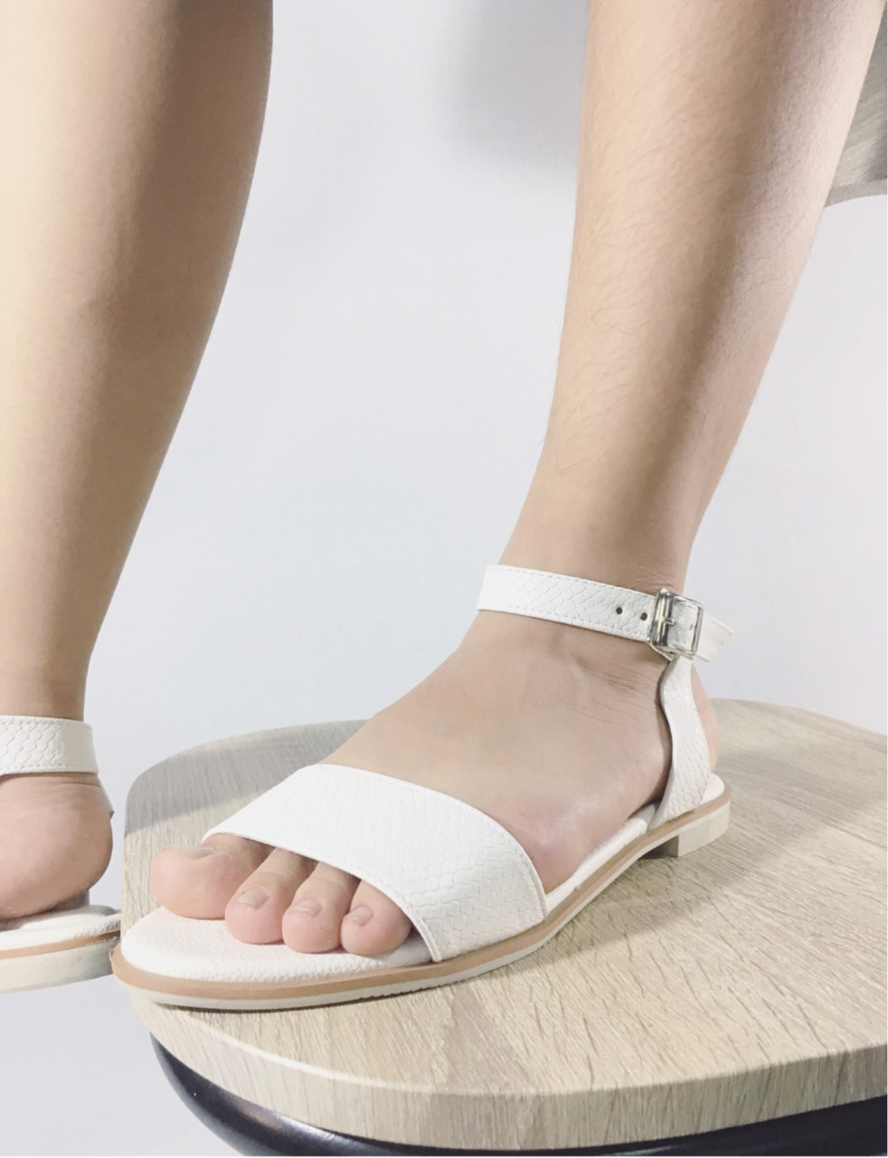 musthaveitem,รองเท้าแฟชั่น,รองเท้าผู้หญิง,รองเท้าแตะรัดส้น,รองเท้าแตะ,สีดำ,black,blackandwhite,minimal,hipster,shoes,womenshoes,fashion,sandals