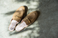 รองเท้ารุ่น Lark (2390 บ.) เป็นรองเท้า Loafer เปิดส้น ผลิตจากหนังวัว ซับในหนังแท้ทั้งชิ้น หนังนุ่ม หน้ากว้าง ใส่สบายมากๆค่ะ ไม่มีกัดใส่สบายมากๆค่ะ  สี :  แทน   สินค้าไม่รับคืน แต่สามารถเปลี่ยนไซส์รองเท้าได้หากลองแล้วไม่พอดีค่ะ  ***รองเท้ารุ่นนี้ไซส์ใหญ่กว่ามาตรฐานยูโร เวลาสั่ง ควรลด 1 ไซส์ จาก size chart  1. วางเท้าแนบลงบนกระดาษ 2. ใช้ดินสอขีดเส้นบริเวณปลายเท้าด้านหน้าและหลังขณะที่ยืนอยู่  3. ยกเท้าขึ้นแล้ววัดระยะห่างระหว่าง 2 เส้นเพื่อเทียบกับตาราง size