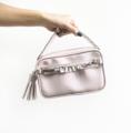 """Quartz Collection"" ▪️Size : 21.5 x 13.5 x 5.5 cm ▪️Color : Silver White ▪️Straps : Chain + Leather (3 สาย) ถอดออกได้ ▫️สายสำหรับถือ ▫️สายสะพายโซ่ ▫️สายสะพายหนัง (ปรับได้) ▪️Material : Premium Pu leather (saffiano texture) ▪️Premium aluminum spare parts ✔️ด้านในมีช่องเล็ก ✔️ถุงผ้าสำหรับเก็บรักษา ✔️Price : 1490 Free EMS"