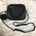 1050.- Bershka shoulder bag กระเป๋าสะพายโซ่ สีดำ หนังpu สวย อยู่ทรง ขนาดกะทัดรัด เปิด-ปิดด้วยซิป ประดับด้วยโซ่ดำเก๋ๆด้านหน้า และมีพู่ปอมๆนิ่มๆสีดำห้อยประดับ ด้านในมีช่องซิปเล็ก 1 ช่อง สะพายไปเที่ยว น่ารักมุ้งมิ้ง สุดๆเลยค่ะ  Size : 20x7x17 cm #bagiip_