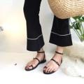 อะไรเอ่ยมาใหม่ เรียบๆแต่เก๋มากกกกก กอไก่แสนตัว #ใครเท้าอวบเท้าบานเท้ากว้างมาทางนี้ รุ่นนี้ออกแบบให้ปรับขนาดตามรูปเท้าได้น้า ใส่สบายมากกก ••price : 390฿ •• color : black / white / silver •• size : 35-31 **ระบุไซส์ที่ต้องการไว้ที่ Note to seller หรือช่องข้อความเพิ่มเติมถึงร้านค้าได้เลยนะคะ  #alexsandalswo  #Whiteoakshoes