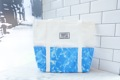 """:: กระเป๋าผ้า - Tote Bags - Blue Sea  ::  รายละเอียดสินค้า + ขนาด : ความกว้าง3.5""""×ความยาว15.7""""×ความสูง13"""" + โทนสี : เขียว-ขาว + ราคา : 650 บาท  . . . . . . . . . . . . . . . . . . . . . . . . . . . . . . . . . .  คำอธิบายสินค้า (Description)  รุ่นพิเศษของร้าน ออกแบบมาให้ใช้งานได้หลากหลายมากยิ่งขึ้น ด้วยขนาด 3.5W""""×L15.7""""×H13"""" สามารถใส่สิ่งของได้มากยิ่งขึ้น ไม่ว่าจะเป็นหนังสือ เสื้อผ้า หรือโน๊ทบุ๊ค วัสดุทำจากกระเป๋าผ้าดิบและผ้าแคนวาสอย่างดี มีช่องกระเป๋าถึง 7 ช่องด้วยกัน! เหมาะแก่การสะพายไปเที่ยวหรือทำงานได้สบาย"""
