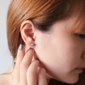 ตุ้มหูพลอยโอปอล ดีไซน์เรียบๆเหมาะสำหรับใส่ทุกวัน (จะใส่ไปเรียนหรือไปทำงานก็น่ารัก) มองแล้วก็ดูมีเสน่ห์เหมือนความหมายของโอปอลเลยค่ะ   #ไม่ต้องกลัวแพ้   Materials : Silver Opal 4 mm  ความหมายโอปอล เหมาะกับคนที่ใช้ความคิดสร้างสรรค์ในวงการมายา หรือวงการบันเทิงทุกรูปแบบ และมีลักษณะพิเศษเฉพาะคือ สามารถปกป้องคุ้มครองเสริมสิริมงคล ให้กับบุคคลที่เกิดในราศีตุลย์ ซึ่งเป็นการเสริมดวงชะตาให้เฉพาะกับราศีนี้ตั้งแต่ดึกดำบรรพ์ นอกจากนี้ คนโบราณยังมีความเชื่อเรื่องการเสริมเสน่ห์ดึงดูดเพศตรงข้ามให้มารักใคร่เสน่หาอีกด้วย