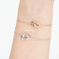 BACK IN STOCK! มาทีไรแป๊บเดียวหมดทุกที  CLB2: Us bracelet สร้อยข้อมือหัวใจคู่เกี่ยวกัน ใส่เพิ่มความน่ารักอ่อนหวานในตัวคุณ พร้อมแพ็กเกจสวยงาม เหมาะแก่การมอบเป็นของขวัญในวันพิเศษ   วัสดุ: เงินแท้ ชุบWhite gold / Rose gold ไม่มีนิกเกิล(สารที่ทำให้เกิดการแพ้) ไซส์: ฟรีไซส์ ปรับความยาวได้ตั้งแต่ 15.5 -18 ซม. ราคา: 690บาท สี: White gold, Rose gold