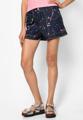 """เพิ่มสีสันให้กับเสื้อผ้าแนวลำลองของคุณด้วยกางเกงยีนส์ขาสั้น จาก Mirror Dress ที่เพ้นท์ลายลายจุดในโทนที่สดใสลงบนตัวผ้าได้ชิคสุดๆ  - ผลิตจากผ้าคอตตอนผสม - ติดกระดุมพร้อมซิปรูด - มีช่องกระเป๋าด้านหน้า 2 ข้าง - มีห่วงสอดเข็มขัด 5 ห่วง - ทรงปกติ - ไม่มีซับใน  ขนาด : รอบเอว x รอบสะโพก x ความยาว - M (26"""" x up to 40"""" x 17"""") - L (28"""" x up to 42"""" x 18.5"""")"""