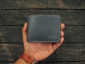 Burum Handcraft ชื่อสินค้า : Short Wallet  กระเป๋าหนังวัวฟอกฝาดพื้นญี่ปุ่น งานคุณภาพที่ผ่านการทำด้วยมือ ตัดเย็บปราณีต ด้วยความใส่ใจในทุกรายละเอียด ทุกขั้นตอน  - Japan leather  - Color whisky -1 Full size bill slot -6 card slots -2 hiden slot -Size 11.5x9 cm  สินค้าผลิตแบบ Made to order  ระยะเวลาผลิต 5-7 วัน   สนใจสอบถามรายละเอียดเพิ่มเติมได้ 1.กล่องข้อความ shopspot  #กระเป๋า #กระเป๋าสตางค์ #กระเป๋าสตางค์แบบสั้น #กระเป๋าหนัง #หนังแท้ #กระเป๋าสตางค์หนัง
