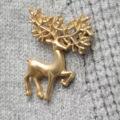 """""""รูปทรงของหัวกวางเรนเดียร์น่ารักๆได้กลับมาอีกครั้งเพื่อกรูมมิ่งลุคที่เป้นทางการให้ดูชิคยิ่งขึ้นเพราะเข็มกลัดรูปกวาง Golden Reindeer  จาก DBag by Mirror dress ชิ้นนี้ได้รวมเอาทั้งความหรูของโลหะอัลลอยเคลือบสีทอง และความอ่อนโยนของการเล่นระดับในส่วนของเขากวางให้ดูอ่อนช้อยยิ่งขึ้น  - ผลิตจากโลหะอัลลอยเคลือบสีทอง - ก้านเสียบพร้อมที่ล็อคกันเลื่อนหรือหลุด - สามารถใช้ได้ทั้งชายและหญิง ติดบนปกเสื้อสูทหรือเนคไท ผ้าพันคอได้หลายแนวทาง  กว้าง x สูง - 3 ซม. x 4 ซม."""""""