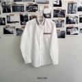 ชื่อสินค้า : Tape Shirt Long Sleeve  เสื้อเชิ้ตแขนยาว สีขาว คาดสีน้ำเงิน ขาว แดง ที่ปกเสื้อ และกระเป๋าเสื้อด้านหน้า เพิ่มลุคเท่ห์ๆ สไตล์สบายๆได้ง่ายๆ  #bricklanemenswear #เสื้อเชิ้ต #เสื้อเชิ้ตแขนยาว #เสื้อเชิ้ตผู้ชาย #เสื้อเชิ้ตสีขาว