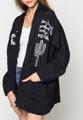 เสื้อคลุมสไตล์กิโมโนที่ตัดเย็บผ้าที่มีความเบาและบางจากแบรนด์ BLACK CACTUS  เสื้อคลุมที่สามารถสวมใส่ในฤดูร้อนได้อย่างสบายตัว ตกแต่งด้วยลวดลายพิมพ์กราฟฟิคลายมือเท่ๆ บนตัวเสื้อ ให้ลุคและสไตล์ของคุณโดดเด่นอย่างทันสมัย  - ทรงหลวม - ผลิตจากผ้าฝ้าย - ดีไซน์ผ่าเปิดด้านหน้า - กระเป๋าหน้า 2 ช่อง - ไม่มีซับใน