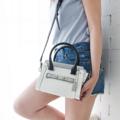 กลับมาอีกครั้ง กับรุ่นที่ขายดีในตำนาน รอบนี้ เพิ่มดีเทล และสีสันที่โดดเด่นของกระเป๋า รับรองว่าต้องขึ้นแท่นเป็นกระเป๋าสุดฮอตแน่นอนค่ะ  ----------------------------------------------- ***กว้าง 7.5 สูง 5.5 ด้านข้าง 4 นิ้ว -----------------------------------------------  ภาพสินค้าจะสว่างกว่าสินค้าจริงประมาณ2สเต็ป เนื่องจากในการถ่ายภาพ ต้องใช้แสงเพื่อให้เห็น รายละเอียดสินค้าชัดเจน ภาพทั้งหมดจะถ่ายโดย ใช้แสงกลางวัน ภาพที่สีใกล้เคียงของจริงมากที่สุด คือภาพดีเทลสินค้า