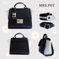 ชื่อสินค้า : THE'TIME COLLECTIONS Mrs.Pot กระเป๋าสะพาย ใบเล็ก สำหรับคุณผู้หญิง เป้นกระเป่าหนัง PU ดีไซน์เรียบง่าย สีชมพูอ่อน ดูน่ารัก หวานๆ ไม่ซ้ำใคร นอกจากนี้ใน 1 เซ็ตยังมีสายกระเป๋าให้ 2 แบบ คือแบบสายผ้า และสายหนัง สามารถปรับระดับความยาวได้ทั้งคู่นะคะ ไอเท็มน่ารักๆแบบนี้ไม่มีไม่ได้แล้วว  รายละเอียดสินค้า + โทนสี : สีขาวดำ (Daisy) + ขนาด : 10.5x20(25)x18 cm  (กว้างxยาว(ปีก)xสูง) + วัสดุ : Imported PU  + มี 2 สาย ปรับความยาวได้ทั้งคู่นะคะ:)   #SPACEME #กระเป๋า #กระเป๋าถือ #กระเป๋าสะพาย #กระเป๋าผู้หญิง #กระเป๋าหนัง #SPACEME