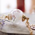 - วัสดุเป็นทอง 16k  - ขนาดจี้ 1.5 ซม, ทำจากอคริลิคมิลเลอ จะคงทน และไม่เเตกเหมือนเเก้ว - ดอกไฮเดรนเยียขาว ความหม่าย ความอบอุ่น อ่อนโยน ดอกฮันนี่ซักเกอสีชมพู ความสดใส รอยยิ้ม และดอกฟอเก็ตมีนอทสีนํ้าเงิน ที่ได้นำมาตากเเห้งเรียบร้อยแล้ว จะคงสถาพและสีแบบนี่ไปตลอดครับ