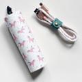 USB Data : สายชาร์จ กระบอก ราคา 350 บาท -------- อุปกรณ์ภายในกล่อง สายชาร์จความยาว 1 เมตร (Lightning/Micro USB) ตัวล็อคเก็บสายชาร์จ กระบอกสำหรับเก็บสายชาร์จ -------- คุณสมบัติ ความยาว 1 เมตร (Lightning/Micro USB) ใช้ชาร์จและเชื่อมต่อกับคอมพิวเตอร์ ใช้ได้กับ Android : Micro USB ใช้ได้กับ iOS: iPhone7,7+,6/6+/6s/6s+,5/5s/SE ใช้ได้กับ iOS: iPod, iPad