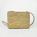กระเป๋าสานสะพายข้าง วัสดุ ตัวกระเป๋า ทำจากฝักตบชวา / ซับในผ้าคอตตอน 100% / ลูกปัดมุกทำจากอคิลิค มีกระเป๋าใบเล็กด้านใน ขนาด 19x15x7 เซนติเมตร สายสะพายสูง 23 นิ้ว มี 2 แบบ แบบประดับมุก และแบบเรียบ  #กระเป๋า #กระเป๋าสะพาย #กระเป๋าสาน