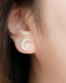 ใหม่ล่าสุด! ต่างหู To the moon&back  คอลเลคชั่นใหม่นี้ ต่างหูเป็นรูปพระจันทร์เสี้ยว ผลิตมา3สีเลย คือ White gold, Rose gold และ Gold  ต่างหูเป็นแบบเสียบนะคะ ไม่มีนิกเกิล เพราะฉนั้นคนแพ้ง่ายก็ใส่ต่างหูของ Lida Jewelry ได้ทุกรุ่นค่า💝  ♡ ราคา 790บาทเท่านั้น พร้อมกล่องผูกโบว์ให้เรียบร้อย เหมาะมากสำหรับใครที่หาของขวัญวาเลนไทน์แล้วอยากให้เขาได้ใส่ทุกวันเลย😊 ♡ ส่งฟรี เหมือนเดิมค่า