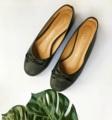 รองเท้าผู้หญิงรุ่น Cap-Toe Bowie ถูกผลิตด้วยหนัง PU เกรดพรีเมี่ยม ตกแต่งโบว์ สไตล์รองเท้าใส่ง่าย นุ่มสบาย   โอการสใช้งาน : รองเท้ารุ่นนี้เหมาะกับการใช้งานทุกโอกาส  มี size 35,36,37,39  size ขนาดมาตรฐาน  แบบรองเท้า : รองเท้าทรงบัลเล่ต์ รองเท้าทรงหัวมน ตกแต่งโบว์ ส้นหนา 5 cm  ประเภทรองเท้า : รองเท้าส้นเตี้ย รองเท้าส้นแบน Flat  วัสดุตัวรองเท้า : หนังเทียม คุณภาพดี วัสดุด้านในรองเท้า : หนังหมู +หนังเทียมคุณภาพดี สี : ดำ Black  #รองเท้า #รองเท้าผู้หญิง #รองเท้าหุ้มส้น