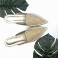 รองเท้าแตะ หัวแหลม เปิดส้นด้านหลัง สไตล์ Mule Loafer ที่กำลังมาแรงในปี 2018 ใส่เดินเล่นใน office ช๊อปปิ้ง เช้ายันเย็นได้สบาย   มี size 36-41 (หน้าเท้ากว้าง แนะนำให้ บวก 1 size)  สี เบจ Beige / เทา Gray  วัสดุด้านนอก : ผลิตจากหนัง PU คุณภาพสูง วัสดุด้านใน : พื้นหนัง PU คุณภาพสูง + เสริมฟองน้ำนุ่มที่พื้น  #รองเท้า #รองเท้าผู้หญิง #รองเท้าแตะ #รองเท้าสวม #รองเท้าหัวแหลม