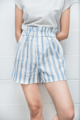 """Details: กางเกงขาสั้นรีดผ้ากาวทั้งตัวทำให้ยับยาก แต่งเอวยางยืด ซิปหน้าYKK กระดุมแป๊ก  Fabrics: Soft&Gently Linen Color : ฟ้า - ขาว Blue - White ลายทาง Size: ให้ดูที่เอวเป็นหลักเนื่องจากขนาดสะโพกทั้ง SและM มีขนาดเท่ากัน  S: เอวก่อนยืด23"""" (ไม่เกิน26"""") สะโพก 38"""" ยาว15"""" รอบเป้า 29'' ขอบเอวยางกว้าง 1.5'' ขอบเอวรวมยาง2.5"""" รอบปลายขา 24''  M: เอวก่อนยืด24.5"""" (ไม่เกิน28"""") สะโพก 38"""" ยาว15"""" รอบเป้า 29.5'' ขอบเอวยางกว้าง 1.5'' ขอบเอวรวมยาง2.5"""" รอบปลายขา 24''  ซักมือสามารถถนอมสินค้าได้มากกว่าการซักด้วยเครื่องซักผ้า หมายเหตุ : รอยชอล์คที่อยู่บนผ้าสามารถซักออกได้ :ผ้าลินินเป็นผ้าที่ทำจากเส้นใยธรรมชาติเส้นด้ายบางเส้นอาจมีการยอมสีไม่เท่ากันซึ่งเป็นแค่บางจุดของเนื้อผ้าเท่านั้น  #กางเกง #กางเกงผู้หญิง #กางเกงขาสั้น #กางเกงขาสั้นผู้หญิง #กางเกงผู้หญิงขาสั้น"""