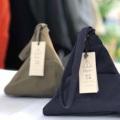 ชื่อสินค้า : Miniature Chimaki bag Fabric bag with simple geometric design ชิมากิเป็นกระเป๋าถือทำจากผ้าได้รับ แรงบัลดาลใจมาจากทรงข้าวปั้นญี่ปุ่น ด้วยการออกแบบทรงฐานสามเหลี่ยมที่ค่อนข้างกว้างทำให้กระเป๋าเป็นทรงแข็งแรงวางตั้ง ได้ไม่ล้ม ผ้าเนื้อมันเงาอยู่ทรงแข็งแรง ถือง่ายใช้ได้ทั้งผู้หญิงและผู้ชาย  รายละเอียดสินค้า + ขนาด : L 17(bottom) x H 14x D 14cm. + สี : ดำ Black / น้ำเงิน Navy Blue / เขียวเข้ม Olive Green   #CHAPIEEofficial #bag #กระเป๋าถือ #กระเป๋า #กระเป๋าใบเล็ก #กระเป๋าทรงสามเหลี่ยม #CHAPIEEofficial #CHAPIEEofficial #CHAPIEEofficial