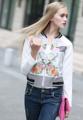 """เสื้อแจ็คเก็ตตัวเก๋ ในสไตล์เรียบหรูจากแบรนด์ Mirror Dress ที่จะช่วยปรับลุคธรรมดาๆของสาวๆให้ดูโดดเด่นขึ้นอีกระดับ ผลิตจากผ้าโพลีเอสเตอร์ผสมสเปนเด็กซ์สีขาวพิมพ์ลายจุดและเล่นสีในรูปทรงดอกไม้ที่ไม่ว่าใครใส่ก็ดูดีสุดๆ สามารถนำไปใส่ในวันที่อยู่ในห้องแอร์หรือใส่คลุมเสื้อแขนกุดในวันชิลล์ ๆ แบบสตรีทเกิลด์ก็ได้ทั้งนั้น  - ผลิตจากผ้าโพลีเอสเตอร์ 92.7% ผสมสเปนเด็กซ์ 7.3% - คอกลม - แขนยาว - ติดด้วยซิปด้านหน้า - ทรงพอดีตัว  ไหล่กว้าง x รอบอก x ความยาว x แขนยาว One Size ( 19""""  x 38"""" x 22"""" x 23"""")"""