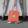 กระเป๋าผ้ากำมะหยี่สีชมพูพีชสดใส มีดีเทลเจาะหัวใจเห็นด้านใน มีช่องเล็กใส่ของด้านในและซับในทั้งใบนะคะ ยิ่งใช้ไปนานๆยิ่งนุ่ม  สี : ชมพู pink  #กระเป๋า #กระเป๋าสะพาย #กระเป๋าผู้หญิง