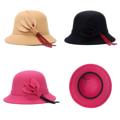 หมวกสุดชิคทรง Bowler   คุณภาพเกรดพรีเมี่ยม สวมใส่ได้ทุกโอกาส  - ผลิตจากผ้าวูลสังเคราะห์  - แต่งด้วยการจับบดอกและก้านประดับสวยงาม - ไม่เกาะฝุ่น ทำความสะอาดง่ายด้วยมือ  One Size Fit All : เส้นรอบวงศรีษะ 56-58 ซม.
