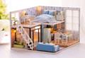 พร้อมคู่มือ, ชุดไฟ ,ฝาครอบ, อุปกรณ์ครบ  เพลินสุดๆกับการสร้างผลงานประดิษฐ์ประดอยชิ้นเอก เตรียมเซอไพรส์คนสำคัญ หรือตั้งโชว์เก๋ๆในบ้าน ไปกับ DIY Bluetimes โมเดลบ้านสีฟ้า มีทั้งห้องนอน ห้องนั่งเล่น ห้องน้ำ และห้องครัว แบบประกอบเองทั้งชุด จาก Home Studio พร้อมคู่มือ, ชุดไฟ ,ฝาครอบ, อุปกรณ์ครบ ทำเสร็จแล้วผู้ให้ภูมิใจสุดๆ คนรับยิ้มไม่หุบแน่นอนค่า เพราะน่ารักมากกกกก ดูแล้วเพลินตา เพลินใจสุดๆค่า