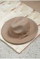 ไอเท็มสุดฮิตที่จะเปลี่ยนให้ได้ลุคเท่ขึ้น ด้วยหมวกฟรีดอร่าที่มาพร้อมแถบผ้าประดับ ด้วยทรงสวยคลาสสิกทำจากผ้าวูลคุณภาพดี  - ตัดเย็บด้วยผ้าวูล - แต่งแถบผ้าประดับโบ - ขนาดฟรีไซส์