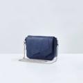 รุ่น P I N E  Available 4 Colors : Beige / Black / Navy Blue / Burgundy  Size : W23 * H16.5 * D9 cm.  พร้อมสายสะพาย 2 เส้น (สายหนัง/สายโซ่) : 120 cm. Price : 990-