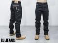 """สีกรมท่า กางเกงยีนส์ ริมแดง 26 Oz. SELVEDGE DENIM  รุ่น  """"Fucking Heavy Ass Jeans"""" ทรงกระบอก ผ้าริมแดง Cotton 100% นำเข้ามาจากประเทศปากีสถาน  โดยกางเกงยีนส์รุ่นนี้มีความแตกต่างคือ ใส่กางเกงยีนส์ริมแดง 26 Oz. เท่ากับใส่กางเกงยีนส์ 3 ตัว ด้ายข้างนอกเป็นสียีนส์ (Denim)  ด้ายข้างในเป็นสีดำ  ซึ่งเป็นยีนส์เจ้าแรกที่ผลิตกางเกงยีนส์ริมแดงได้หนักที่สุด เหมาะสำหรับวัยรุ่นที่นิยมกางเกงยีนส์ผ้าดิบ รวมถึงผู้ที่ต้องการสัมผัสกับผ้ายีนส์ที่แปลกใหม่"""