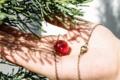 """ความยาวสร้อย : 25 """"  ขนาดจี้ : 15mm วัสดุ : ทองเหลือง ,เรซิ่น (ไม่แตก แข็งแรงทนทาน)  สีของดอกไม้จะไม่เปลี่ยนจะสีแดงสดใสแบบนี้ตลอดไป :)   #สร้อยคอ mini ball ดอกกุหลาบ  #getnaturehouse"""