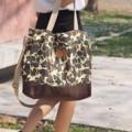 กระเป๋าผ้าแคนวาสทหาร+สีน้ำตาล สายสีเบจปรับความยาวสายได้ มีซับใน มีซิปปิดกระเป๋า Size : 20*16 inch Price : 380.- Line : paelur